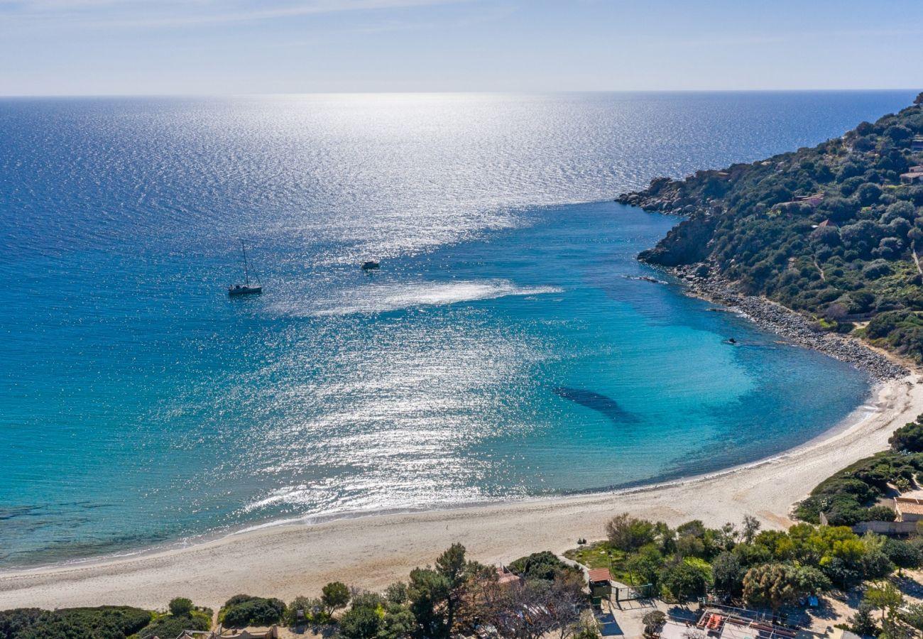 Ville al mare con piscina in affitto in Sardegna